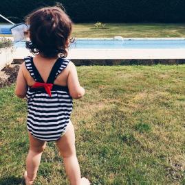 camille a la piscine